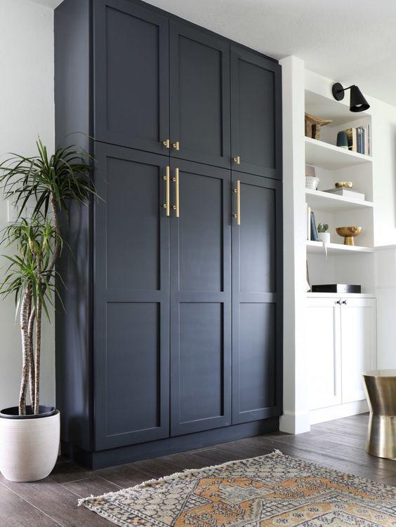 Armario hasta techo en zona de salón comedor de color azul oscuro, ejemplo de cómo integrar el color pantone 2020 en la decoración de tu hogar, consejos y tips Ana Utrilla @Utrillanais