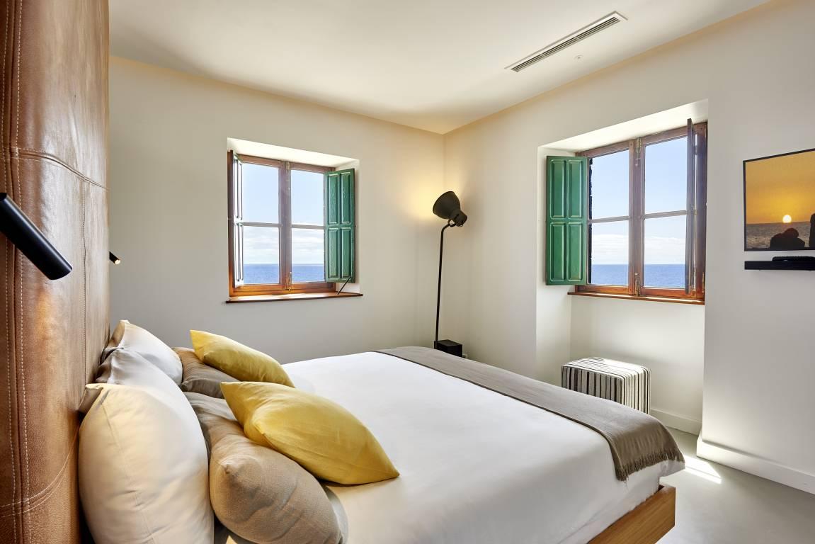 Una cama cómoda, dormitorio alojamiento rural Faro Punta Cumplida #SlowTravel #SlowInteriorDesign #TurismoRural #InteriorismoAlojamientorural @Utrillanais