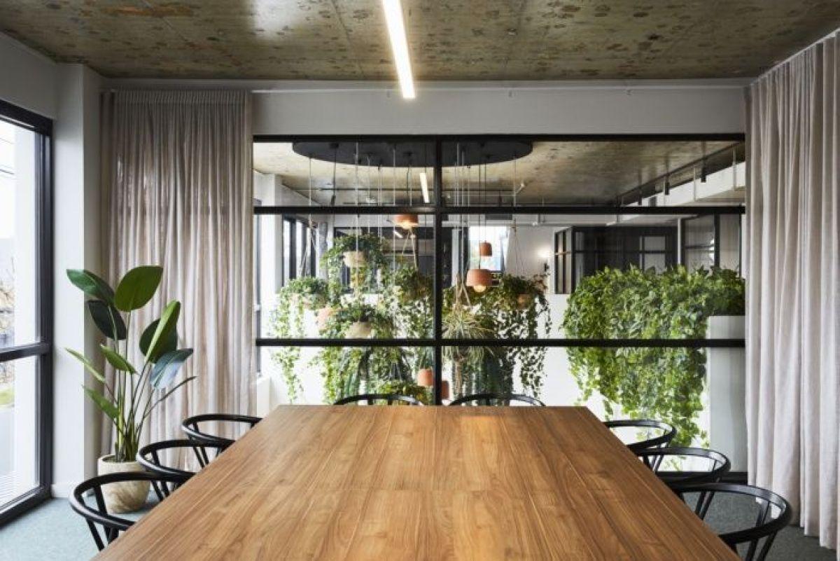 Espacios de oficina coworking bañado por plantas para aumentar la productividad, la sensación de comodidad y calidez, así como el bienestar general, biofilia tendencia en diseño e interiorismo 2020 @utrillanais