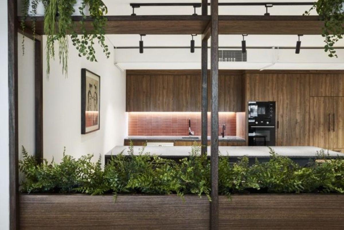 Oficinas coworking de estilo industrial contemporáneo en Melburne, donde la vegetación tiene un importante protagonismo para aumentar la sensación de bienestar de los espacios, biofilia tendencia en diseño e interiorismo 2020 @Utrillanais