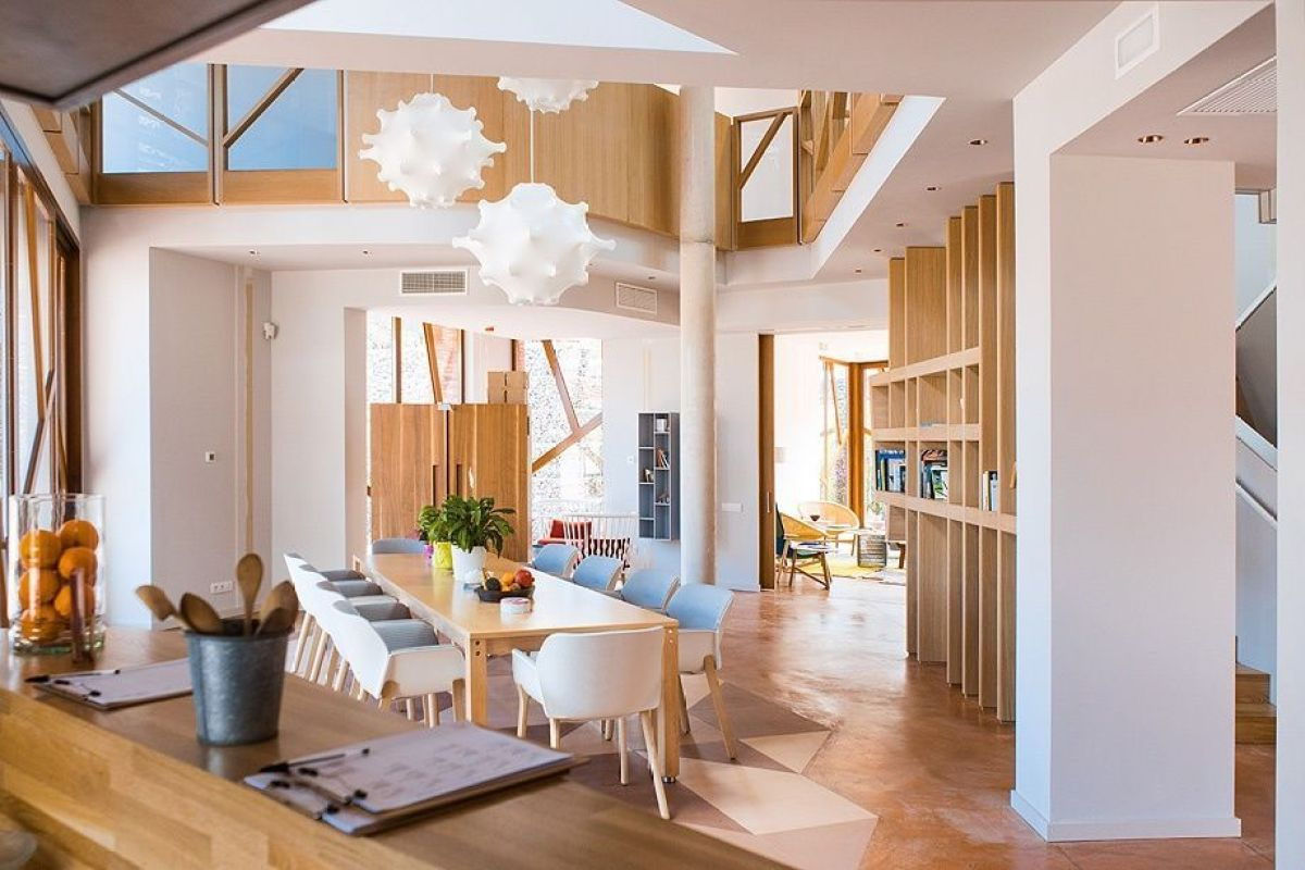Espacio de salón comedor de estilo nórdico mediterráneo de la fundación Kálida Sant Pau de Benetta Tagrliabue y Patricia Urquiola, diseño para el bienestar @Utrillanais
