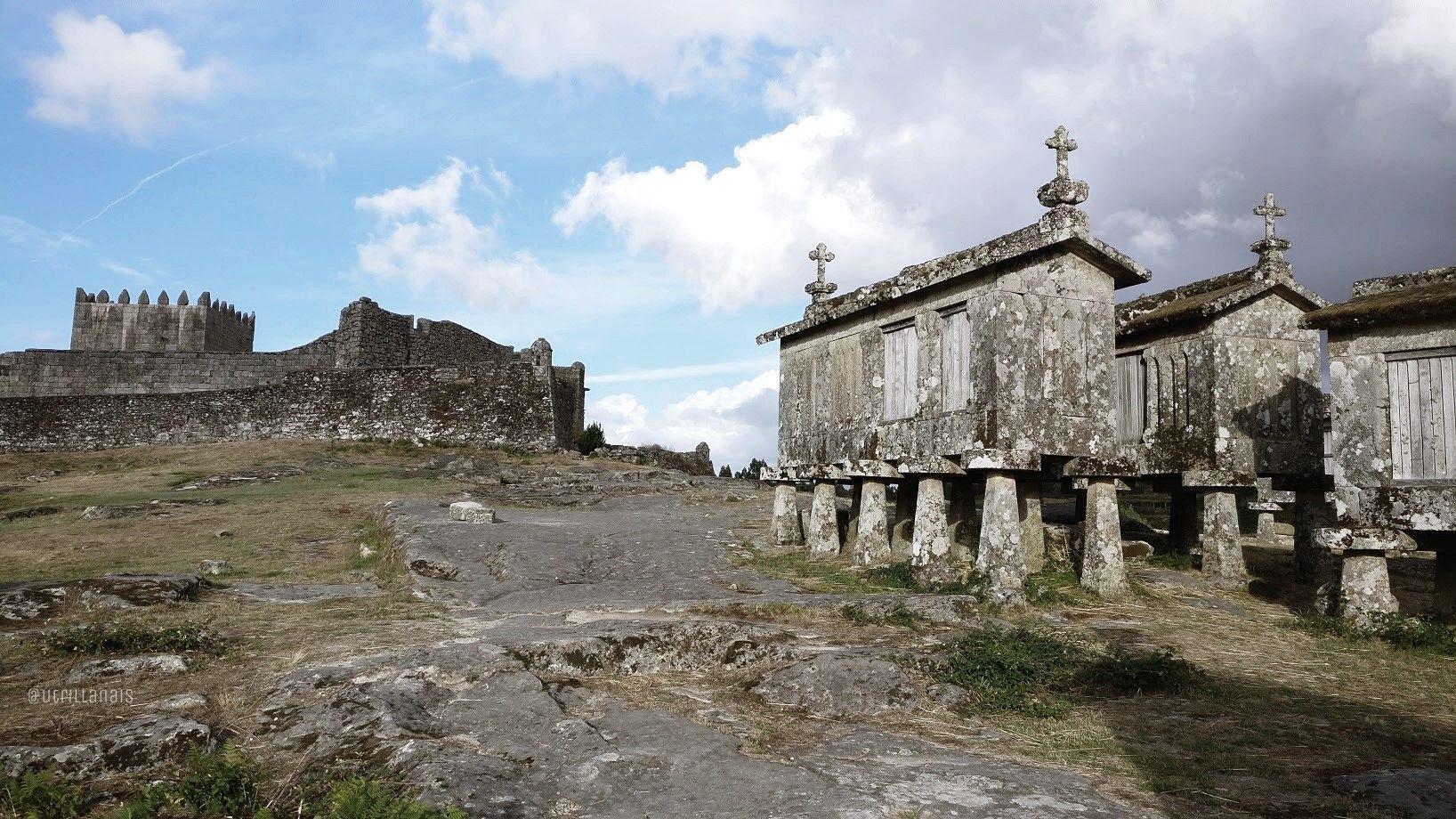 Vistas de Castillo y hórreos en Lindoso, Portugal #TurismoRural #SlowLife #SlowInteriorDesign #AnaUtrillaInteriorimo @Utrillanais