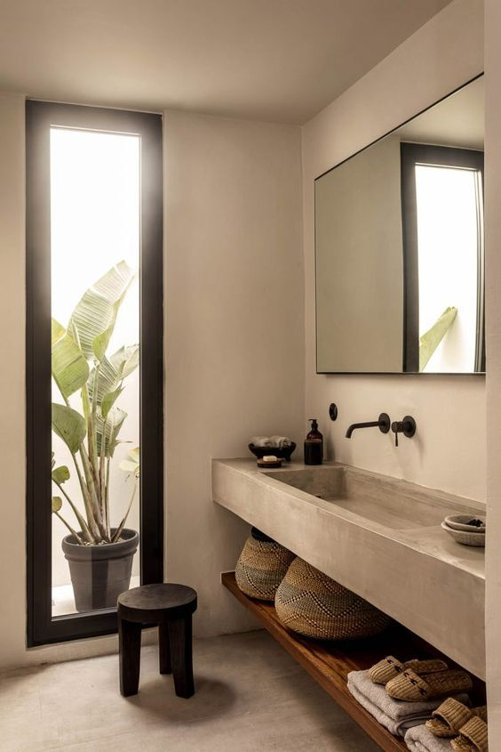 Baño de habitación de hotel Casa Cok, de estilo minimalista mediterráneo, revestido en tadelakt de tonos grises y materiales sostenibles. #Interiorismoalojamiento #CasasRurales #Turismorural #SlowLife @Utrillanais