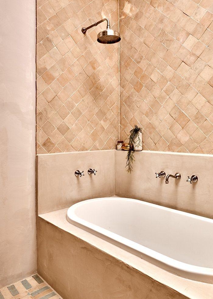 Baño con revestimiento cerámico artesanal y pintura a la arcilla, tonos neutros, tendencias en color sostenible 2020 #Slowlife #slowinteriordesign #anautrillainteriorismo @utrillanais