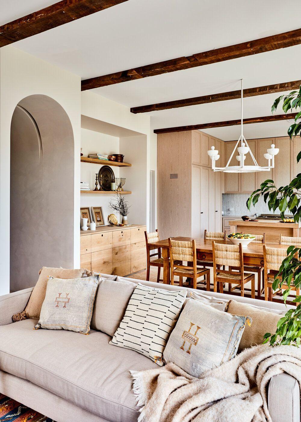 Zona de estar, salón-comedor de tonos claros, naturales revestido de materiales cálidos y sostenibles. Por el Studio Ezra. @Utrillanais