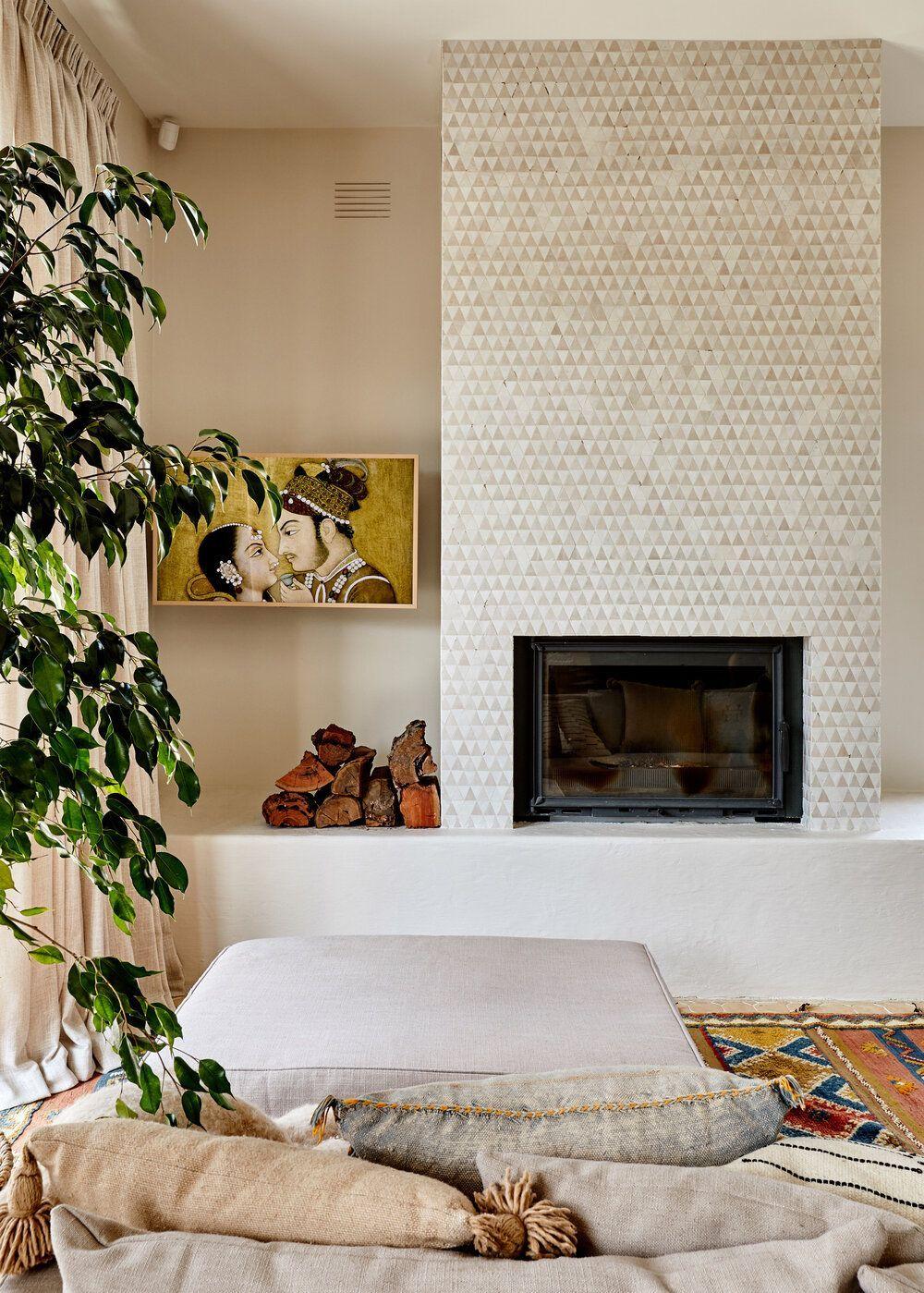 Zona de estar, chimenea revestida con azulejo artesanal geométrico, paredes de tadelakt en tono crudo sostenible. Por Studio Ezra. @Utrillanais