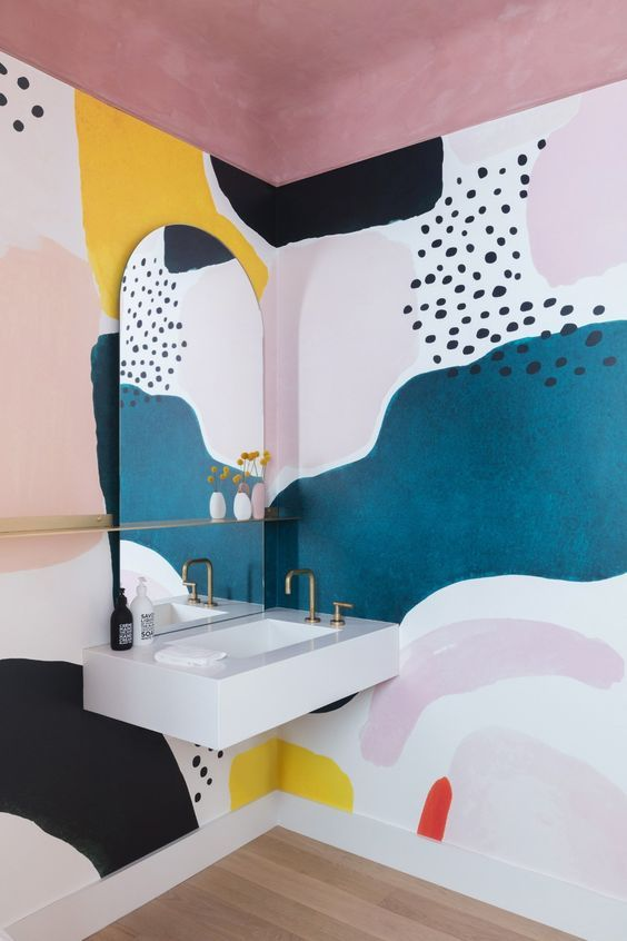 Formas geométricas y coloridas de carácter abstracto en pared de baño. Colores en tendencia 2020 #Anautrillainteriorismo @utrillanais