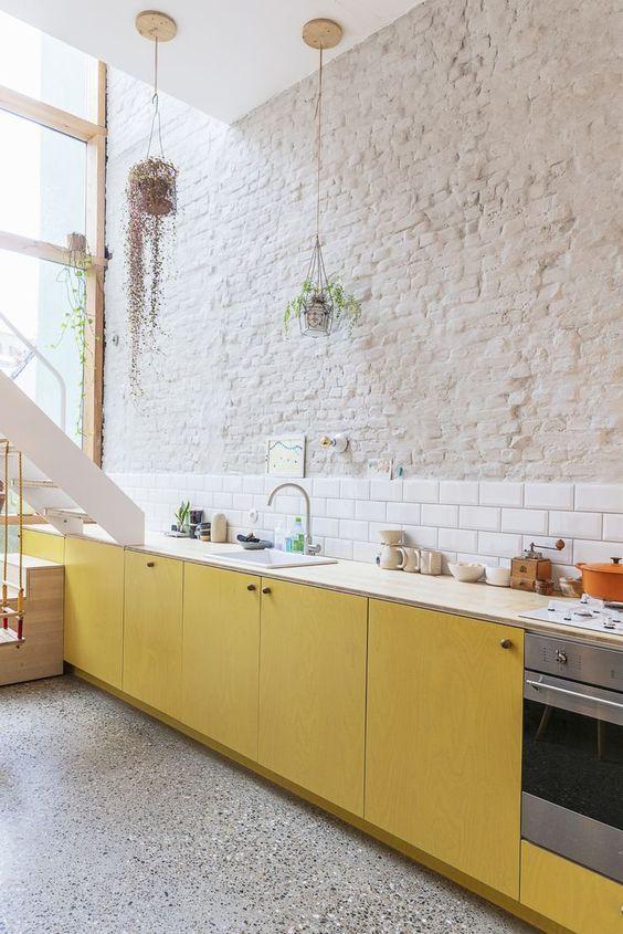 Cocina en tonos neutros y amarillo limón, tendencia en color 2020 #anautrillainteriorismo @utrillanais