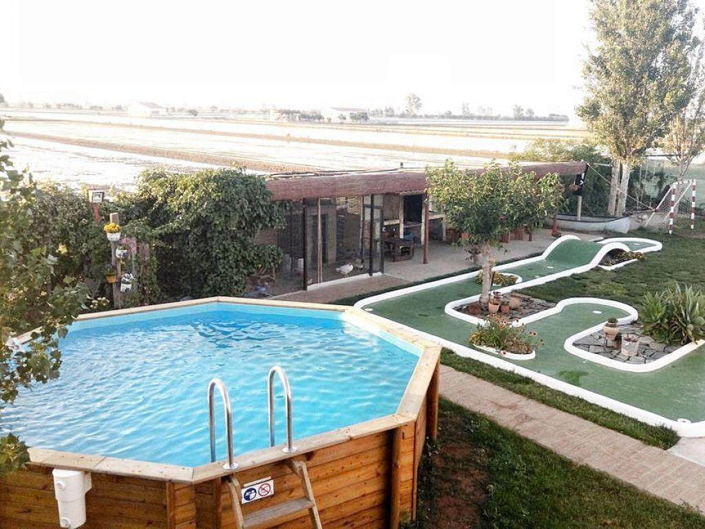 Zona de ocio en el jardín con piscina y minigolf #Interiorismocasasrurales #slowtravel #slowinteriordesign @utrillanais