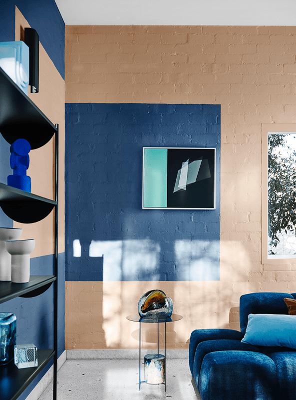 Zona de salón comedor de estilo moderno contemporáneo y tonos azules y crema. Combina paletas de colores en tendencia 2020 @utrillanais