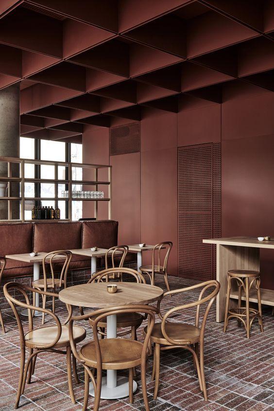 Restaurante en tonos madera y terracota, Betwood, paletas de colores en tendencia 2020.