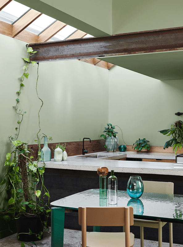Zona de cocina y comedor en tonos verdes, amarillos mostaza y azules, combina colores en tendencia en con tu decoración #anautrillainteriorismo @utrillanais