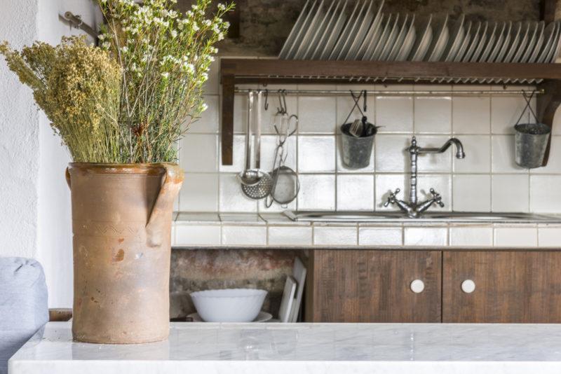 Cocina de la Masía con encanto Mas El Mir, una estancia cálida y acogedora de estilo rústico-vintage