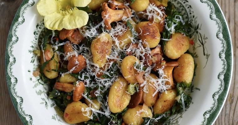 Gnocchi med brynt smör, mangold och kantareller