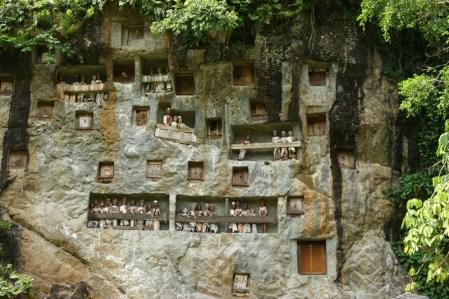 Kuburan di dinding batu dan tau-tau