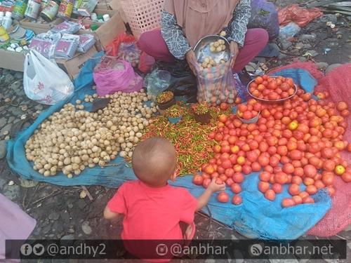 Si kecil senang sekali jika diajak ke pasar tradisional