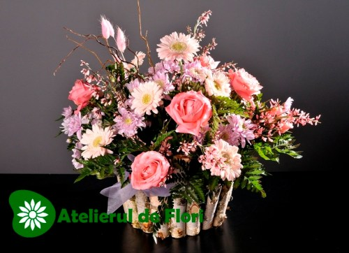 Cos cu flori mixte roz