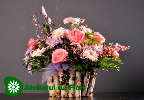 Cos cu flori roz de vara