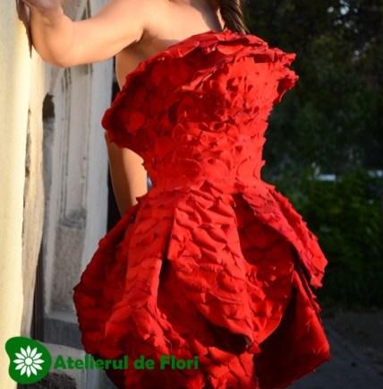 rochie petale din trandafiri rosii