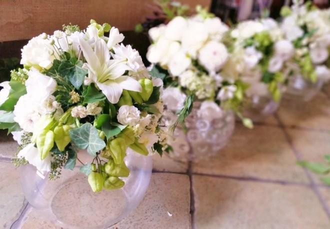 Aranajament pe bol de sticla flori albe