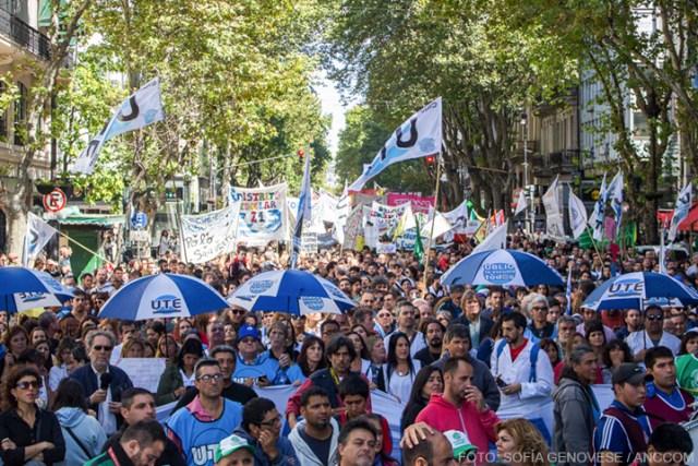 Desde las 10 de la mañana la intersección de Avenida de Mayo y Piedras comenzó a agitarse: banderas, redoblantes y un ir y venir de guardapolvos blancos, que poco a poco se multiplicarían por miles