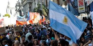 Una multitud de trabajadores manifestándose frente al Congreso de la Nación en contra de la reforma previsional. En la imagen sobresale la bandera argentina.