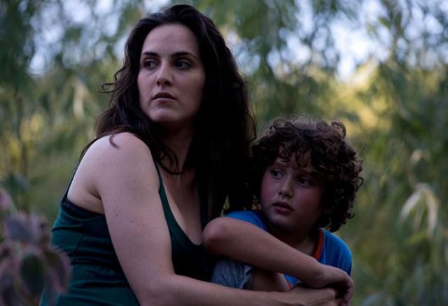 """Imagen del film """"Refugiado"""". Aparece la actriz Julieta Díaz abrazando a un niño."""