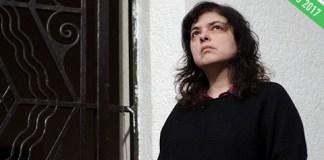 La escritora Mariana Enriquez mira hacia arriba.