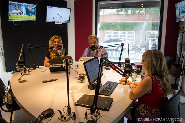 Interior del estudio de Radio El Mundo. Hay tres personas trabajando.