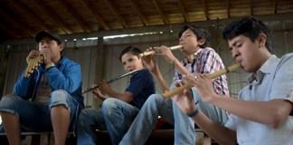 Un grupo de chicos tocando la flauta