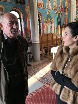 Un tete a tete cu preotul Ilie, moment surprins în noua biserică
