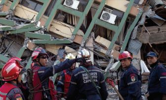 RACING THE CLOCK — Workers organize a search for victims in Portoviejo, Ecuador.