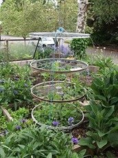 Cool DIY Garden Trellis Ideas 39