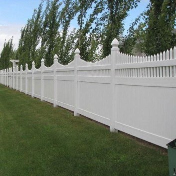 Amazing Farmhouse Privacy Fence to Perfect Your Backyard 05