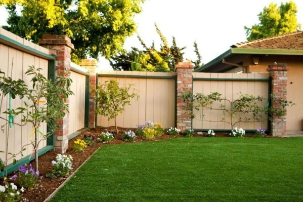 Amazing Farmhouse Privacy Fence to Perfect Your Backyard 15