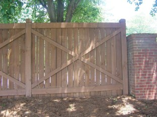 Amazing Farmhouse Privacy Fence to Perfect Your Backyard 32