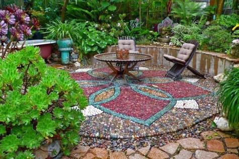 Beautiful DIY Mosaic Ideas To Beautify Your Garden 35