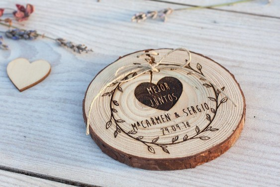 Beautiful Decorations for Your Wedding Decoration with Wooden Slices15