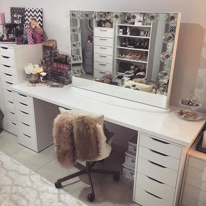 Most Comfortable Makeup Room with Mirror Decoration for Women 22