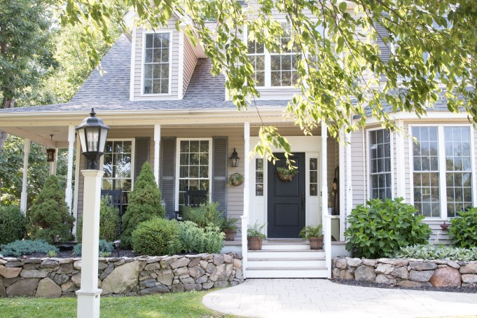 Variety of Colors Charming Exterior Design for Country Houses to Look Beautiful 55