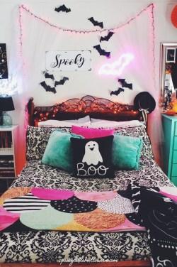 Cozy Halloween Bedroom Decorating Ideas 29