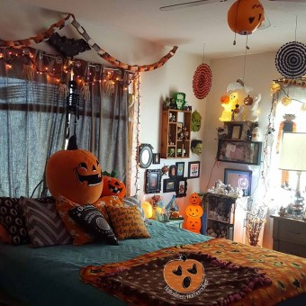 Cozy Halloween Bedroom Decorating Ideas 36