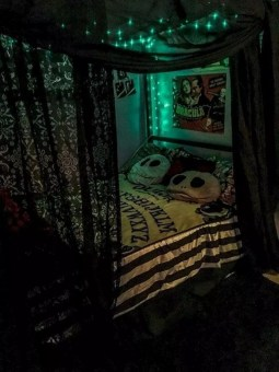 Cozy Halloween Bedroom Decorating Ideas 37