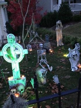 DIY Creepy Halloween Decorating Ideas Outdoors 34