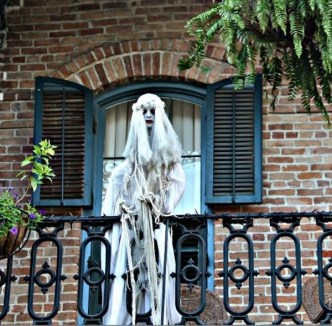 Gorgeous Halloween Ideas for Apartment Balcony This year 06