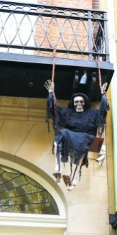 Gorgeous Halloween Ideas for Apartment Balcony This year 15