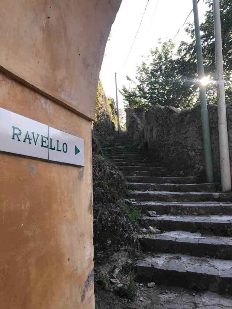 A directional sign directing the hiker toward the town of Ravello, Italy.