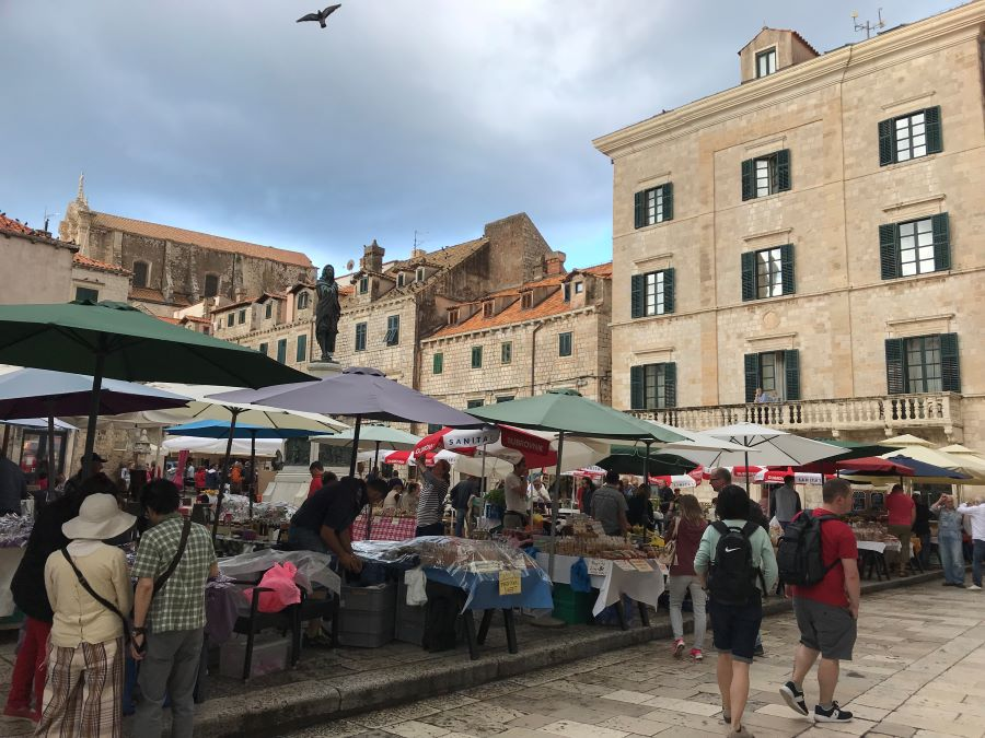 A photo of several vendors at a market in Dubrovnik.