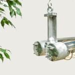 Double Fluo anti-déflagration grillagé en fonte d'aluminium grand format . Fluo anti-déflagration en fonte d'aluminium restauré. Cette lampe anciennement utilisée sur de splateformes pétrolières, a été entièrement restaurée, décapée, brossée, polie et réelectrifiée avec un nouveau ballaste électronique plus léger et des tubes fluorescents disponibles dans le commerce type T8 2700K (blanc chaud). Utilisation de 20 000 heures environ avant remplacement des tubes. Vous pouvez préciser si le pays ou vous installé cette lampe est en 110V (Etâts-Unis), afin que nous la préparions en atelier selon votre pays.Très beau et rare modèle avec ses 2 tubes en verres d'1m210 ^protégé par une grille en acier chromé. anciellitude