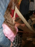 Μαθήτρια Δημοτικού κρατά την τρίγωνον (είδος άρπας)